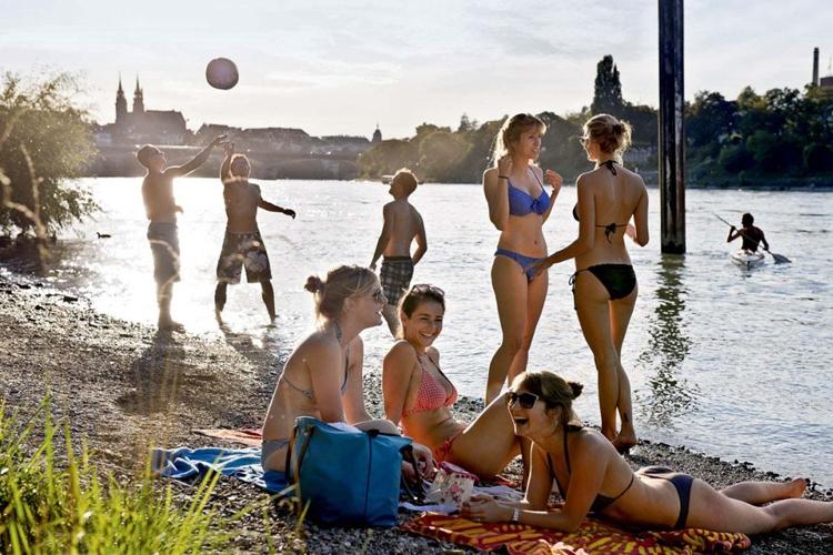 Junge Leute am Rheinstrand in Basel