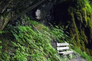 Sitzbank beim Wasserfall