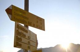 Wanderschilder auf dem Kesch Trek